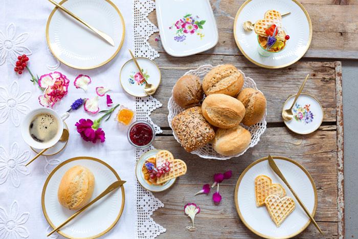 Frühstück mit Brötchen und Waffeln als Kuchen zum Muttertag