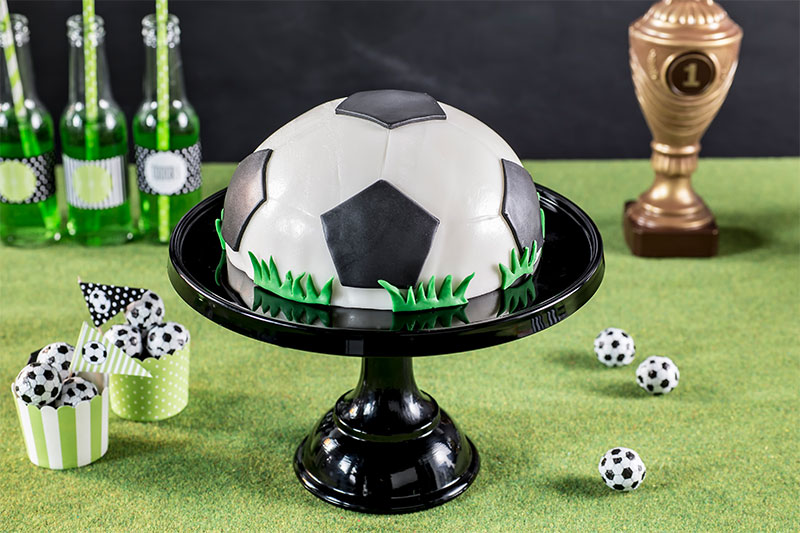 Fußballtorte ohne backen mit Dekogras und Fondant