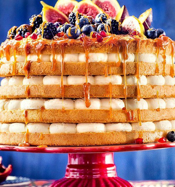Große Torte zur Hochzeit mit Früchten im Ethno-Look