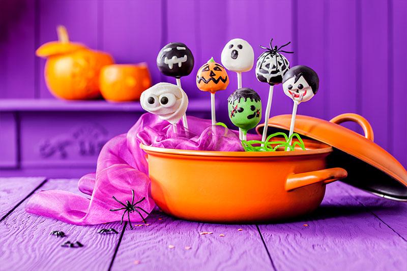 Halloween Kuchen als Cake-Pops mit Gruseldeko