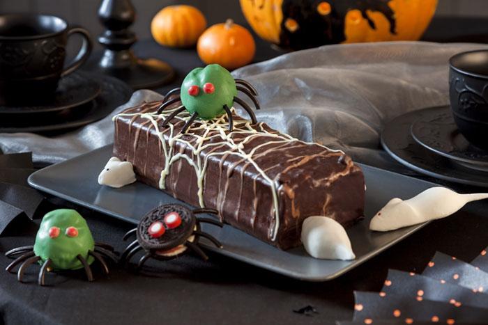 Halloween Kuchen mit Schokolade und Spinnen-Deko
