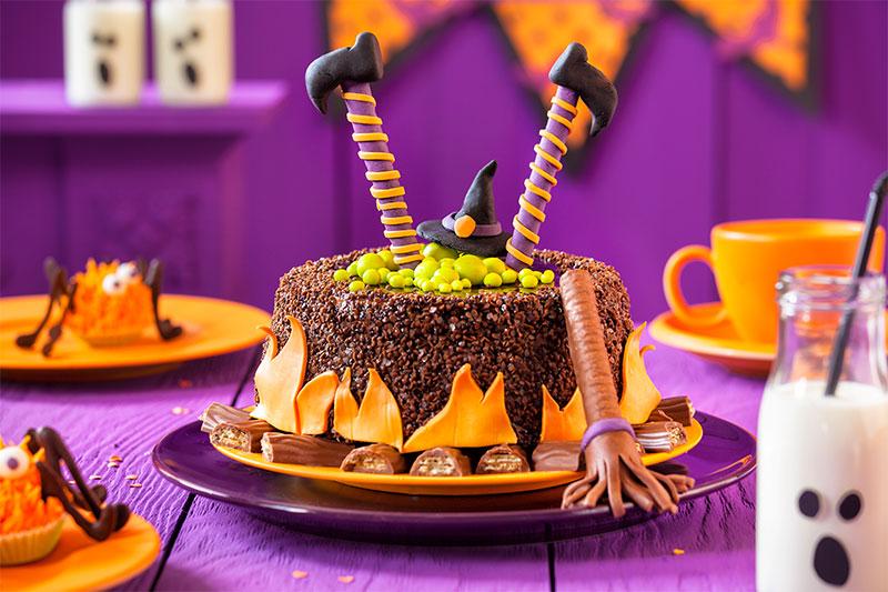 Halloween Torte Rezept und Deko mit Hexe aus Fondant