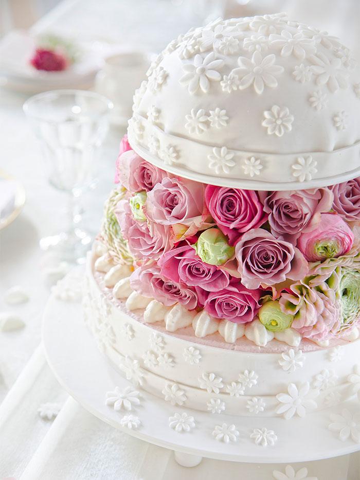 Hochzeitstorte in Weiß mit Kuppel und Blumendeko