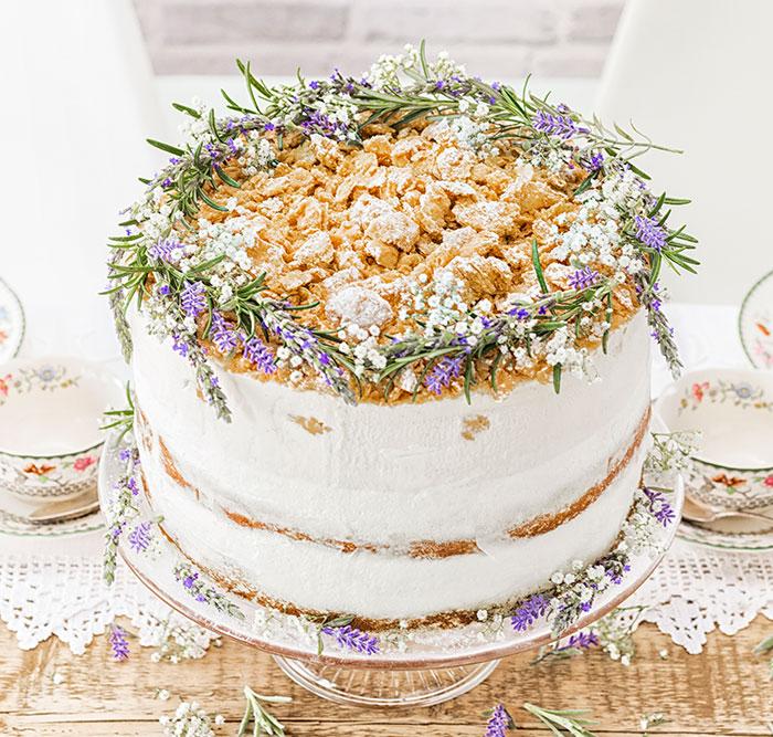 Hochzeitstorte mit Blumendeko im Modern Folk-Look