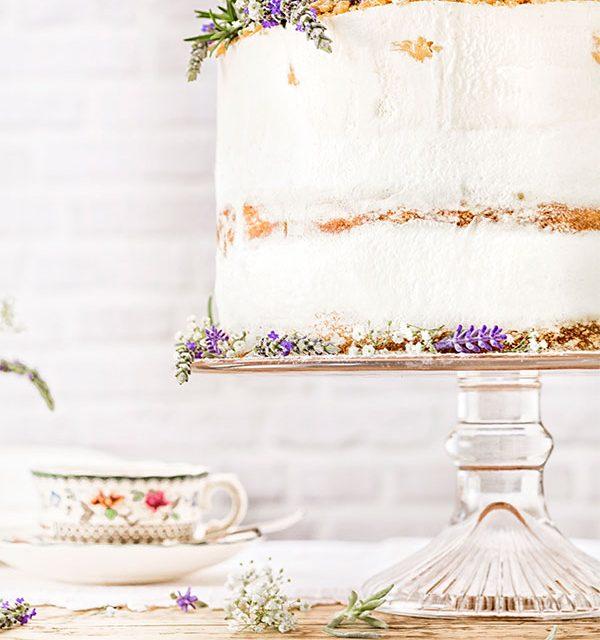 Hochzeitstorte Modern Folk-Motto mit Blümchen ganz verspielt