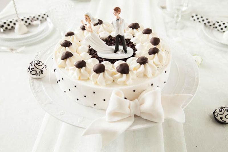 Hochzeitstorte Rezept und Deko für Schwarz-Weiß-Wälder Art