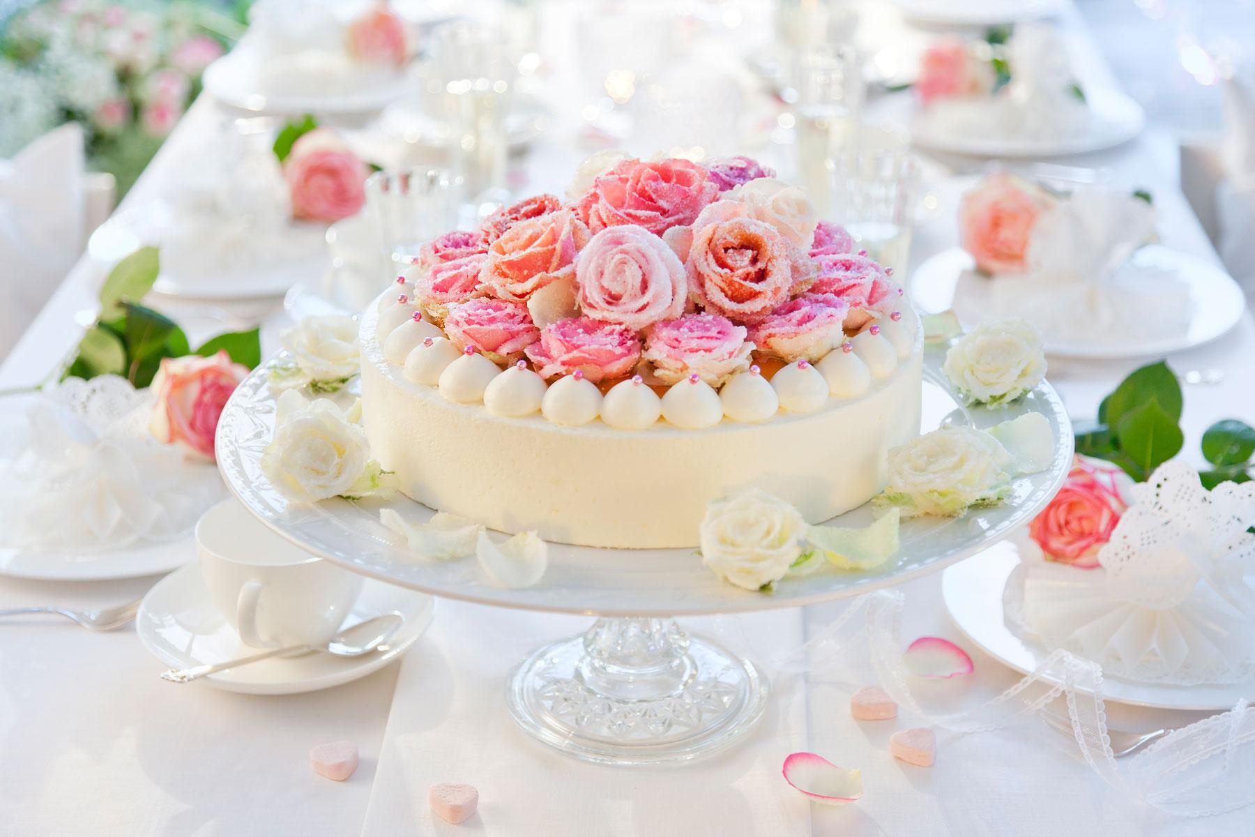 Hochzeitstorte Rezept und Deko mit auffälligen und selbst gestalteten Rosen