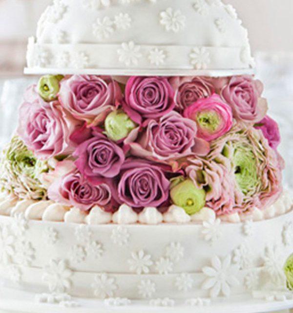 Hochzeitstorte Rezept und Deko selbst gemacht in Weiß mit Kuppel und Blumen