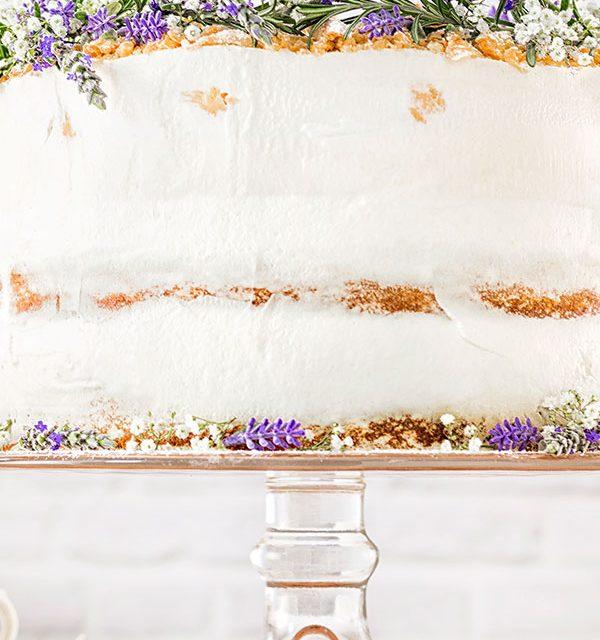 Hochzeitstorte selbst dekoriert mit Blumen und Flower Power