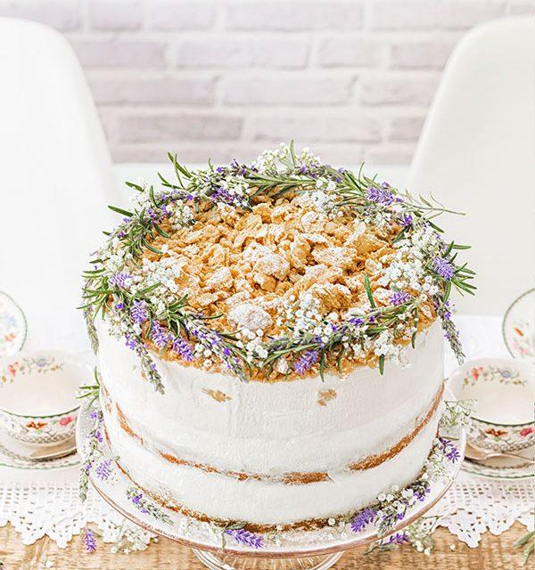 Hochzeitstorte selbst gemacht mit Blumendeko romantisch-verspielt