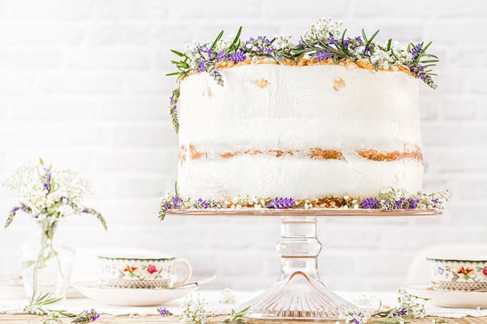 Hochzeitstorte selbst gemacht Modern Folk mit Blumendeko