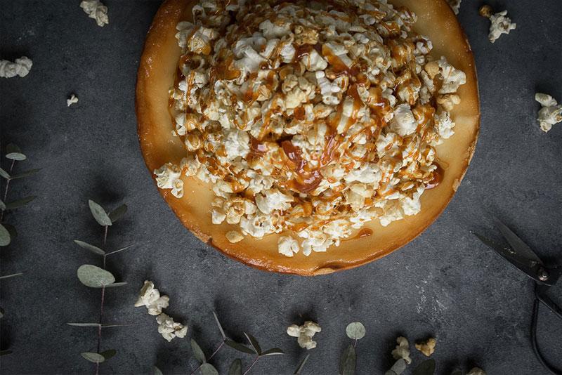 Käsekuchen mit Popcorn und Karamell