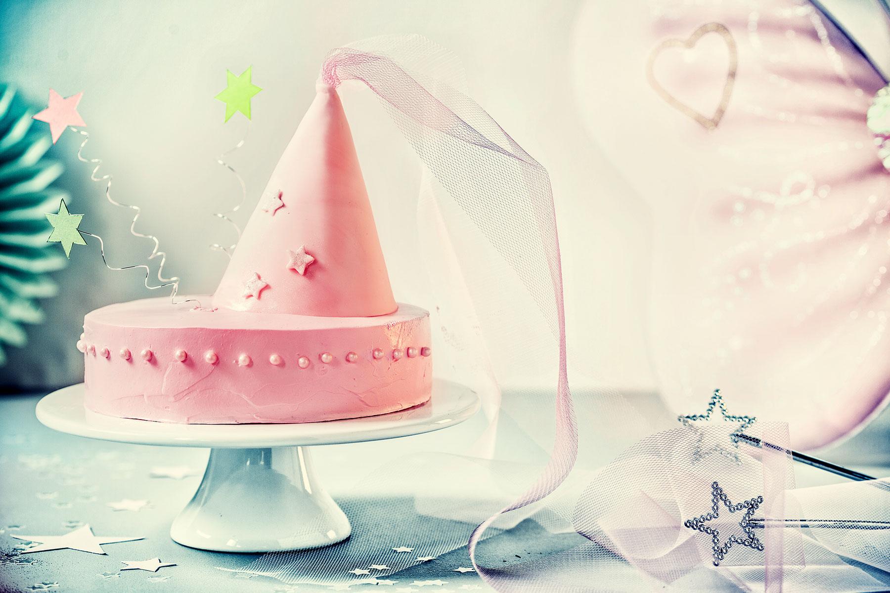 Kindergeburtstagstorte Rezept und rosa Deko mit Feen-Motto