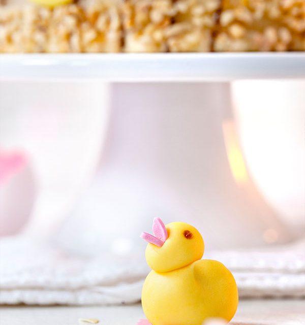 Kleines Küken aus Fondant als Deko für Torte zu Ostern