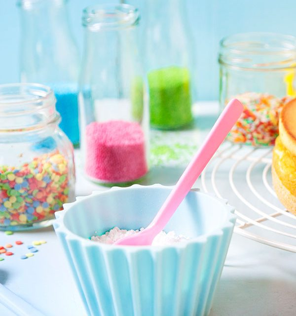 Kuchen mit Schablonen selbst dekorieren und mit Puderzucker und Streuseln verzieren