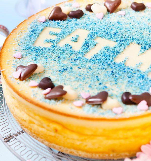 Kuchen selbst dekoriert mit Schablone und Schokoladenherzen