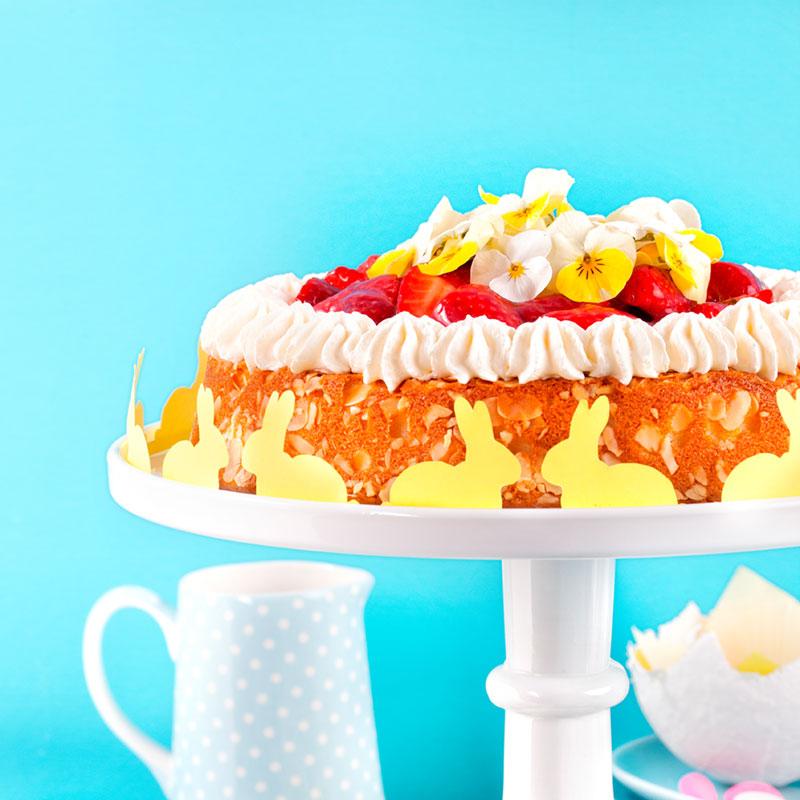 Kuchen zu Ostern dekoriert mit Hasen und Blumen