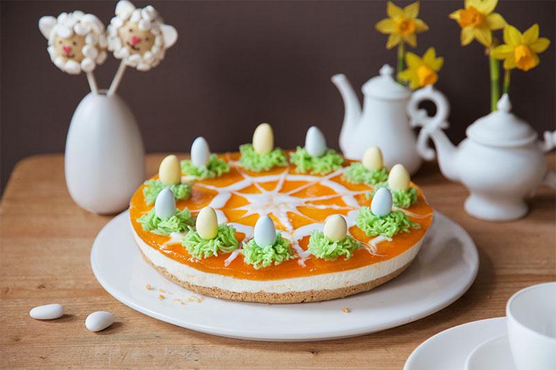 Kuchen zu Ostern mit Frischkäse, Mandarine und kleinen Ostereiern
