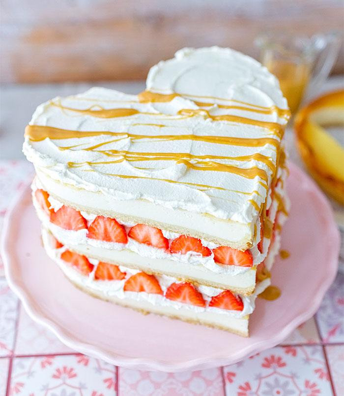 Kuchen zum Valentinstag als Torte mit frischen Erdbeeren