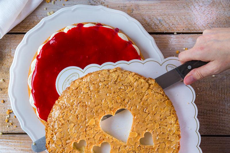 Kuchen zum Valentinstag Bienenstich mit ausgestochenen Herzen Anleitung
