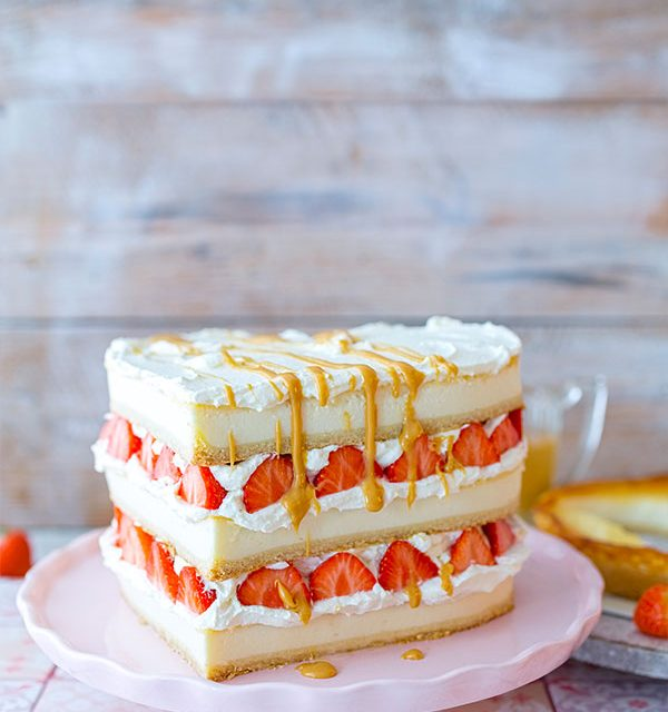 Kuchen zum Valentinstag geschichtet mit Erdbeeren und Soße