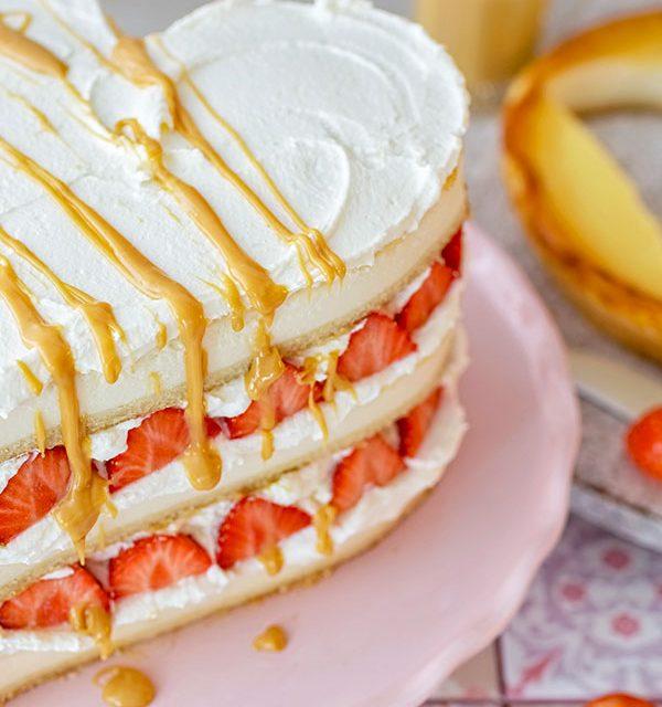 Kuchen zum Valentinstag mit leckerer Soße verziert