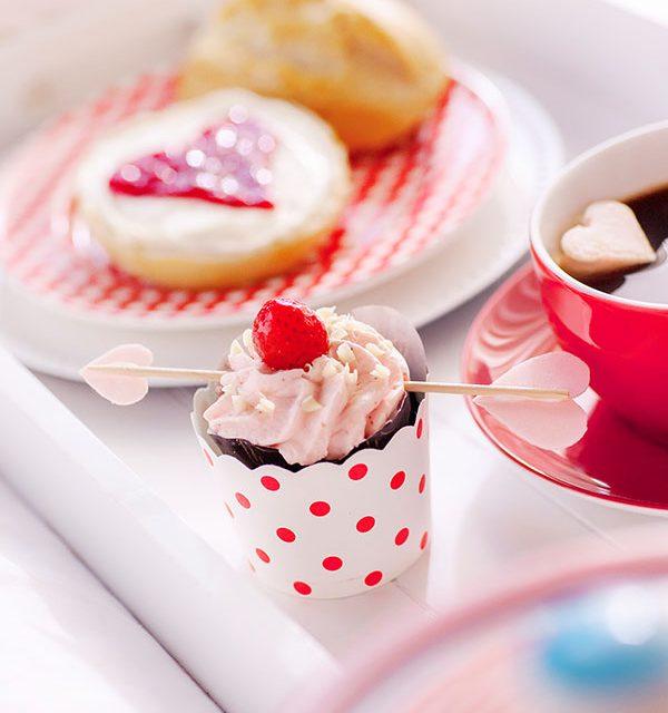 Kuchen zum Valentinstag selbst dekoriert auf Frühstückstablett