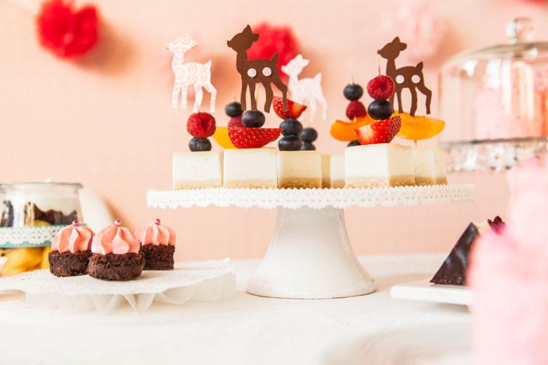 Kuchenstücke serviert mit kleinen Fruchtspießen