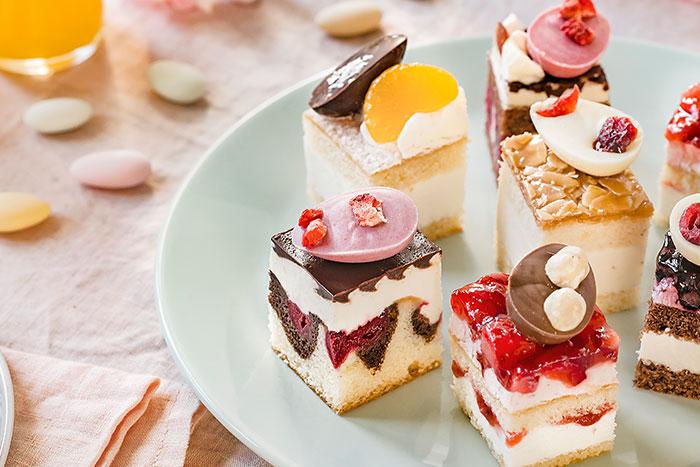 Leckere Kuchen zu Ostern hübsch österlich dekoriert