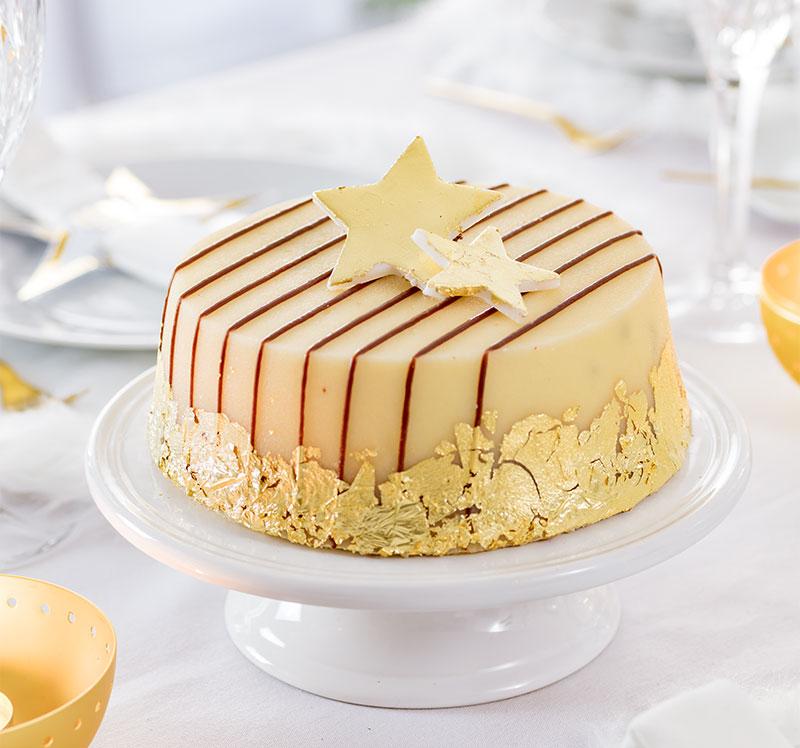Marzipan-Mandel-Torte zu Weihnachten mit essbaren Blattgold und Sternen verzieren