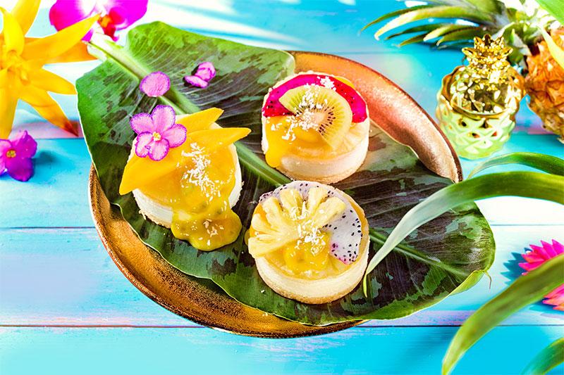 Mini-Kuchen mit Fruchtsoße und frischen Früchten