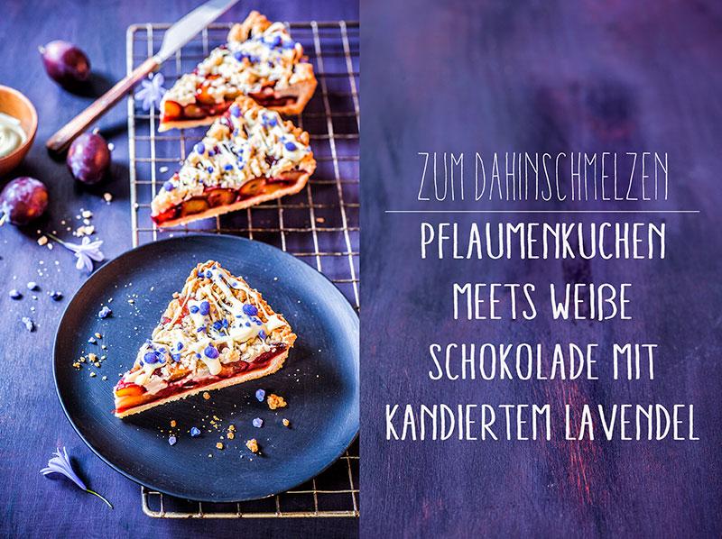 Pflaumenkuchen dekoriert mit weißer Schokolade und kandiertem Lavendel