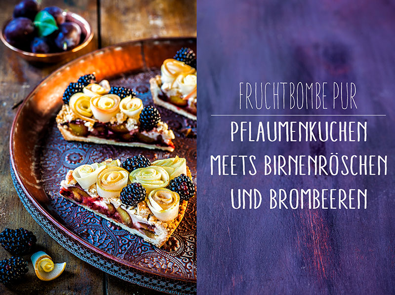 Pflaumenkuchen mit Birnenröschen und frischen Brombeeren
