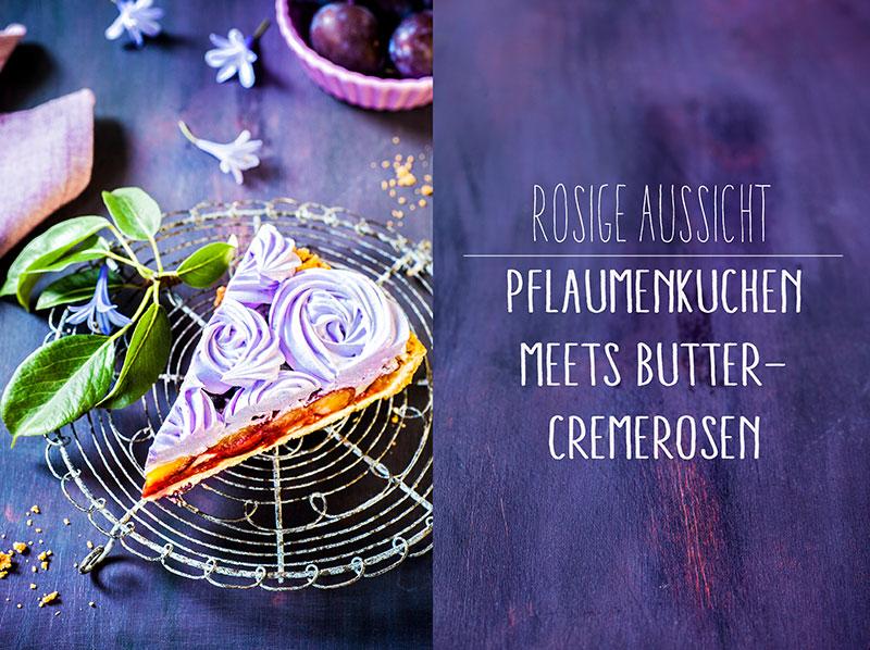 Pflaumenkuchen mit Butter-Cremerosen dekoriert