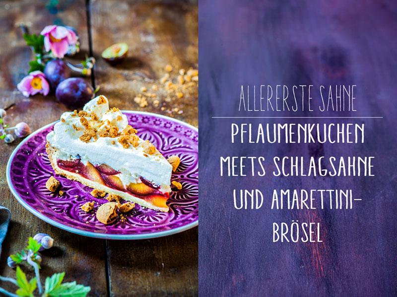 Pflaumenkuchen mit Schlagsahne und Amarettini-Brösel