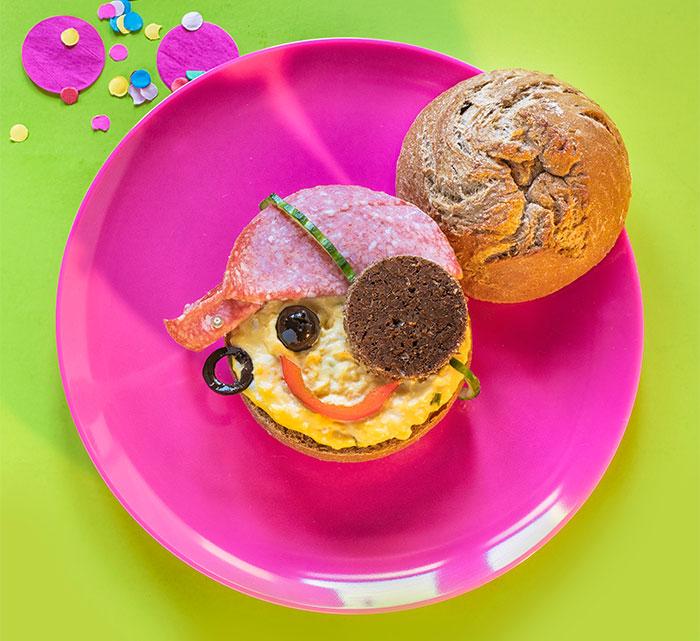 Piratenbrötchen dekoriert als Fun Food für Karneval