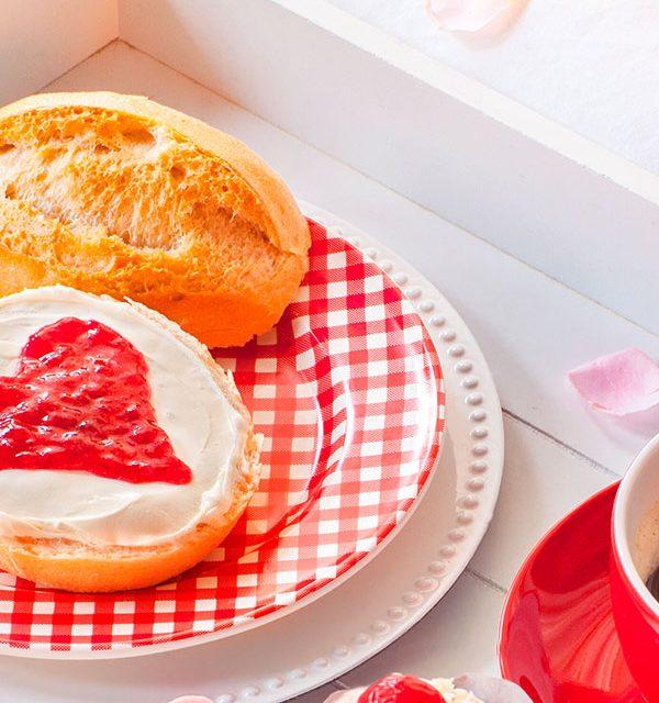 Romantisches Frühstück mit kleinem Kuchen zum Valentinstag