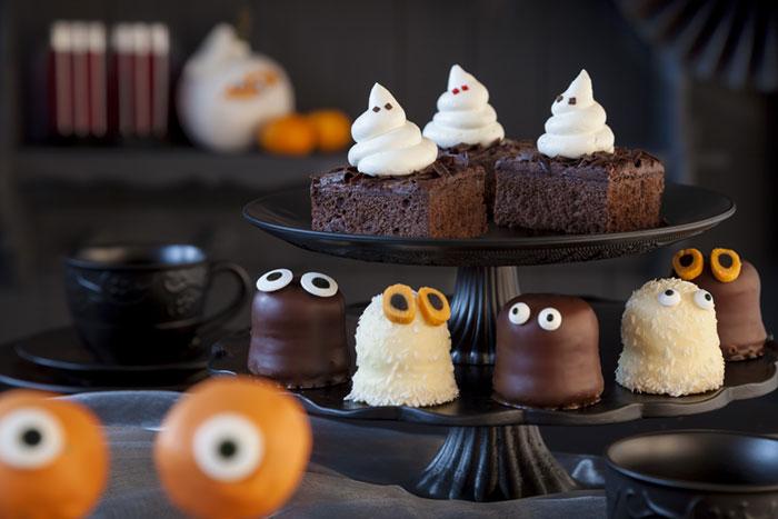 Schokoküsse und Halloween Kuchen als kleine Gespenster dekoriert