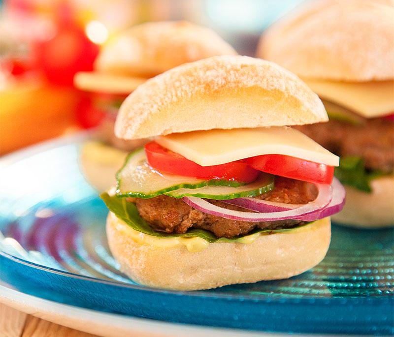 Selbstgemachte Mini-Burger mit Käse, Tomaten und Gurken