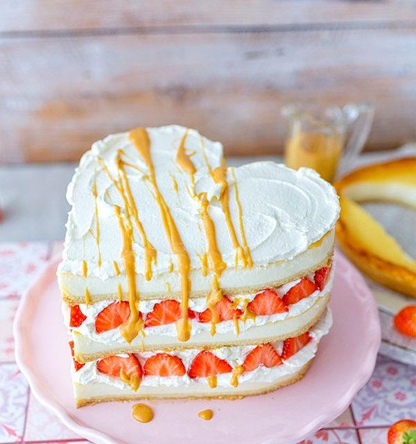 Selbstgemachter Kuchen zum Valentinstag mit drei Schichten
