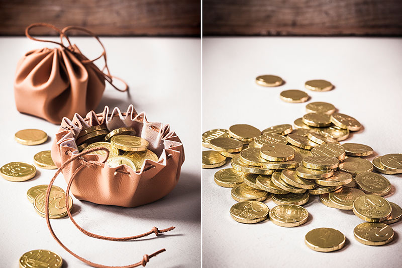 Spielgeld als Deko-Goldschatz zur Kindergeburtstagstorte Ritterburg