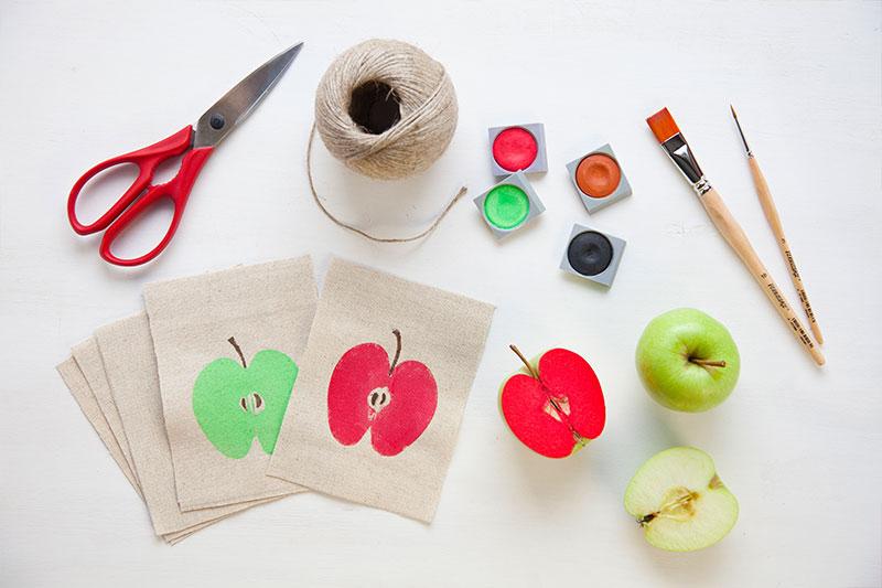 Stempel mit Apfelhälften als Deko zum Apfelkuchen selber machen