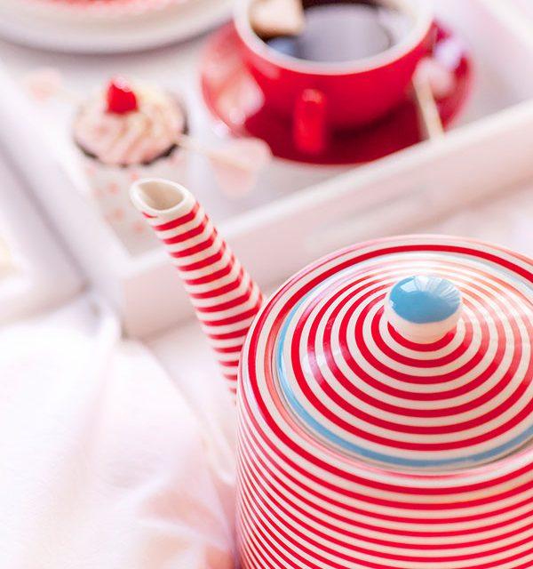 Teekanne als Deko zu Frühstück mit Kuchen zum Valentinstag