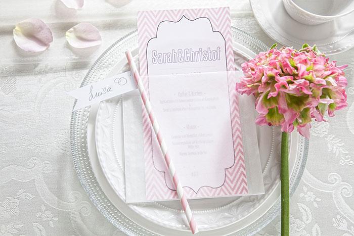 Tischdeko passend zur Hochzeitstorte mit pastellfarbener Blumendeko