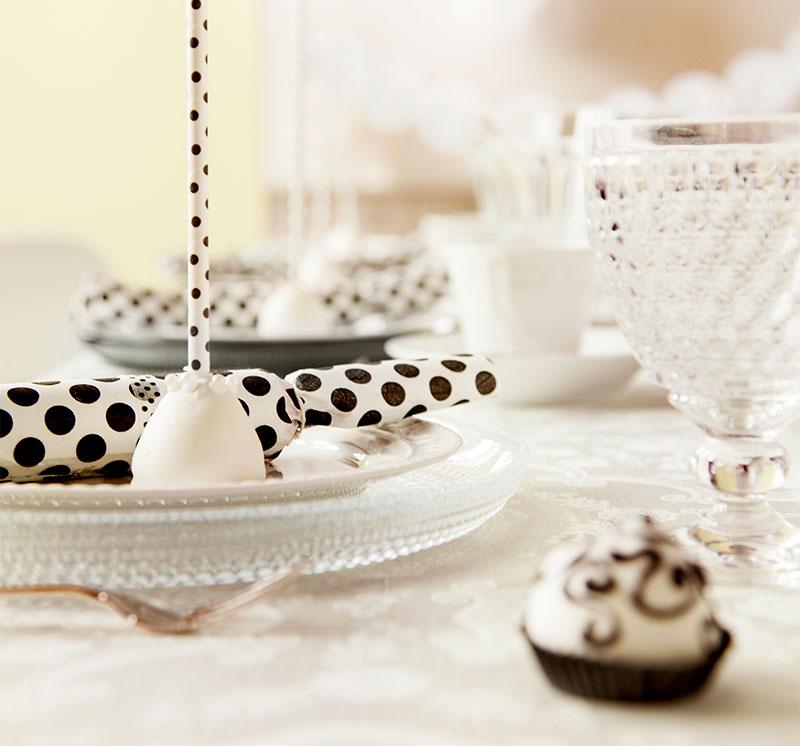 Tischdeko passend zur schwarzweißen Hochzeitstorte