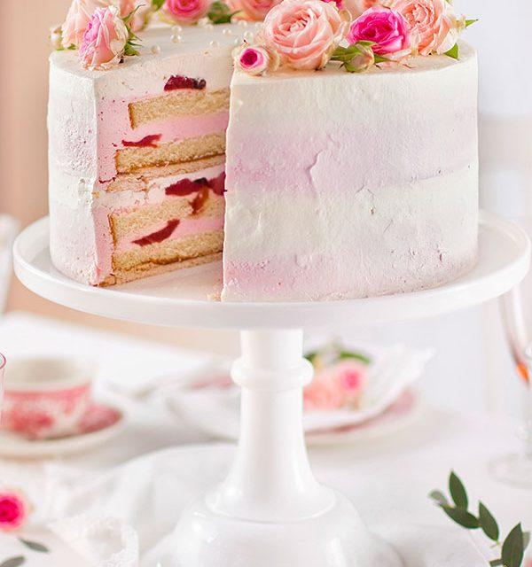 Tort zu Hochzeit aufgeschnitten mit Rosen und Erdbeeren