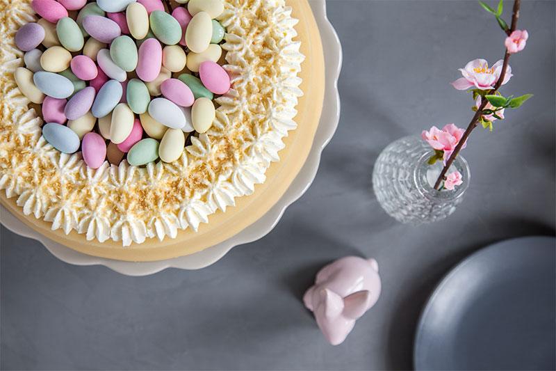 Torte für Ostern dekoriert mit bunten Eiern