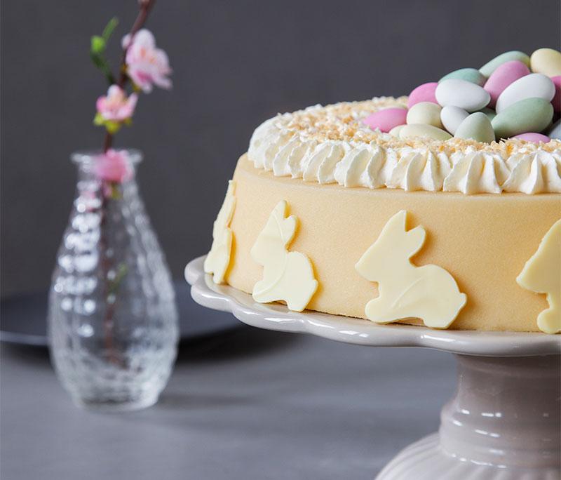 Torte für Ostern mit kleinen Häschen und Eiern dekoriert