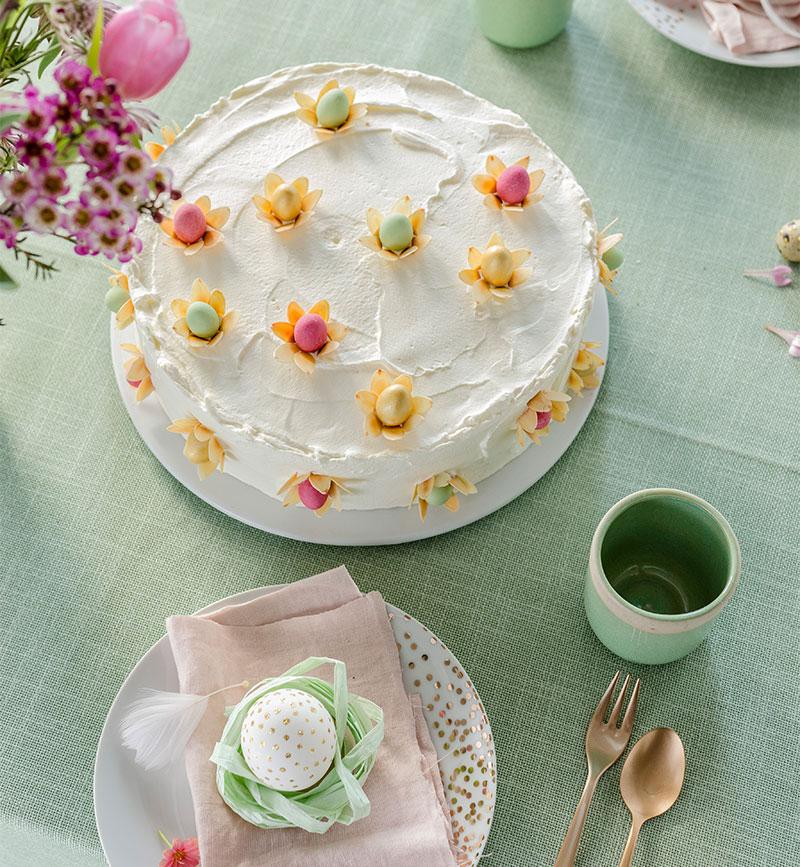 Torte zu Ostern auf festlicher Tafel dekoriert im Frühlingslook