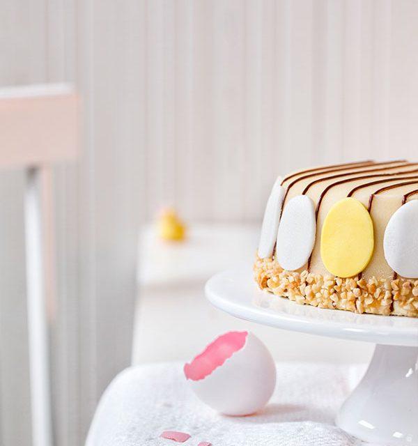 Torte zu Ostern dekoriert mit kleiner Eierschale als Hingucker